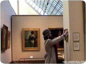 Banksy qui accroche son oeuvre