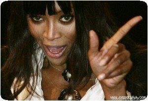 Naomi pointe du doigt