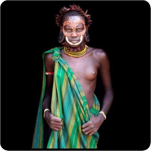 Photo couleur d'un habitant de la vallée Omo (Éthiopie) par John Kenny