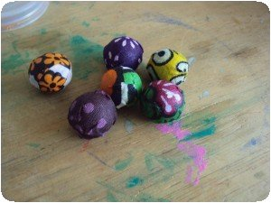 Perles en bois recouvertes de Kanga